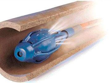 Вот так работает насадка для прочистки канализации. Она движется вперед за счёт реактивной тяги струй воды.