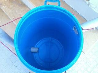 Устанавливаем пластиковые трубы в проделанные отверстия