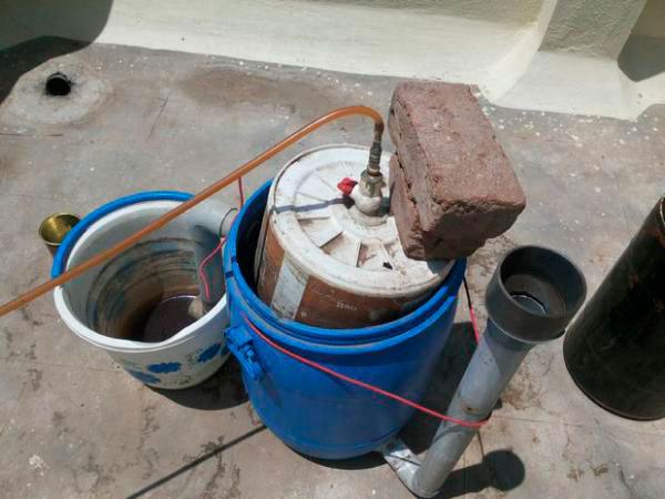 Реактор в процессе работы. Верхний контейнер с биогазом постепенно поднимается.